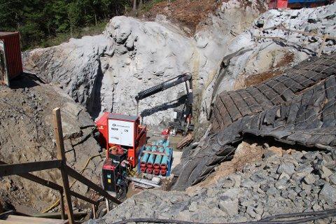 BORERIGG: Boringen gjennom fjell og under E39 gjøres først med en liten borekrone som bores nedover. Når det store hullet på over en meter skal bores trekkes en stor borekrone oppover slik at grusen havner ut i bunnen der kraftstasjonen skal bygges.