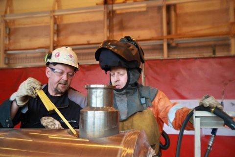 VEILEDNING: Leder for fabrikasjon ved Tratec Halvorsen, John Vester Nielsen, veileder en av de polske sveiserne i verkstedet, Rafal Michalek.