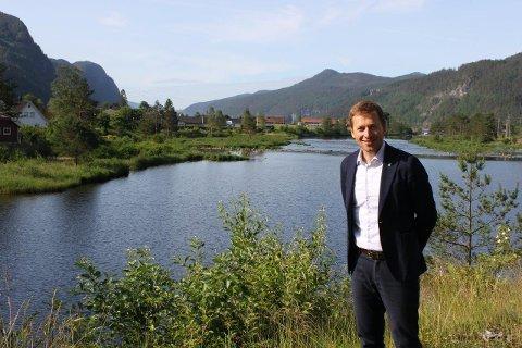 HER SKAL DET RYDDES: Ordfører Jonny Liland (Ap) ved elva der det skal ryddes opp.