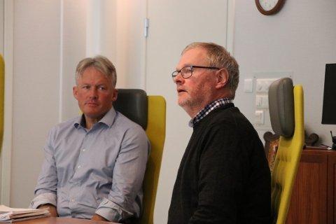 GOD BALANSE: Rådmann Bernhard Nilsen (til venstre ) og økonomisjef Dag Ivar Staurseth i Flekkefjord kommune legger nå frem en rapport som viser en svært god balanse mellom inntekter og utgifter hittil i 2020.