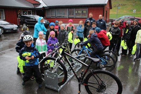 TESTING: Elevene på Sinnes skule tester de nye sykkelstativene de fikk i gave torsdag formiddag.