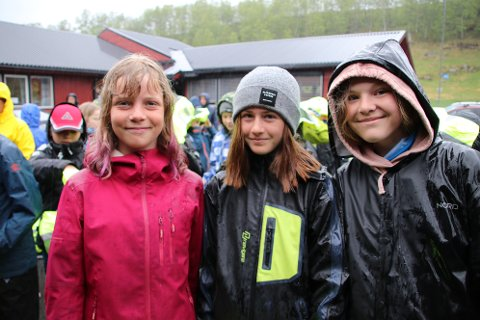 MÅ TIL TONSTAD: Frida Norheim, Serine Kvalvågnes og Miriam Fidjeland-Skilnand i 7. klasse på Sinnes skule er blant de 10 som fra høsten må reise til Tonstad hver dag for å gå på ungdomsskole.
