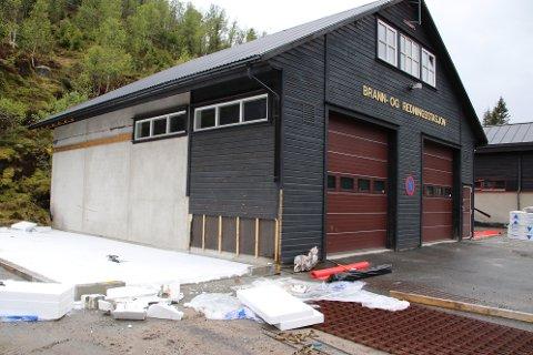 NY GARASJE: På østsiden av Tjørhom brannstasjon blir det et garasjetilbygg med lager for Øvre Sirdal leitegruppe.