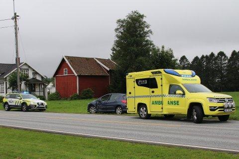 NØDETATER: Politiet og ambulansen kom raskt til stedet etter melding om trafikkulykke, like før klokken 15 tirsdag. Foto: Linn Emilie K. Mydland