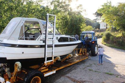 BRA SESONGSTART: Frem til onsdag var 16 fritidsbåter i størrelsen 25 til 30 fot fraktet over Listeid, men trafikken er størst i fellesferien og Eilef Liland hadde omlag 120 båter på hengeren i fjorårets sesong.
