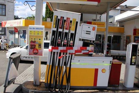 UTE AV SPILL: Etter en lastebil-pårygging er hele den ene pumpestasjonen på Shell i Flekkefjord satt ut av spill.