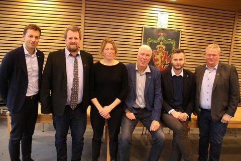 STÅR SAMMEN: Ordførerutvalget i Lister jobber sammen for å få batterifabrikk til Lista. Utvalget består av (fra venstre) Jonny Liland (Ap) fra Sirdal, Torbjørn Klungland (Frp) fra Flekkefjord, nestleder Margrethe Handeland (Sp) fra Hægebostad, leder Arnt Abrahamsen (Ap) fra Farsund, Per Sverre Kvinlaug (KrF) fra Kvinesdal og Jan Kristensen (H) fra Lyngdal.