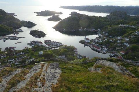 FLOTT UTSIKT: Man har god utsikt til Kirkehamn og store deler av Flekkefjord landskapsvernområde fra toppen av Hågåsen på Hidra.