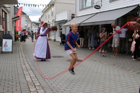FLINK TIL Å HOPPE: Emrik Olsen Bjelland hev seg inn i slengtauet mellom tantene og tok 18 hopp uten oppvarming eller noen problemer.