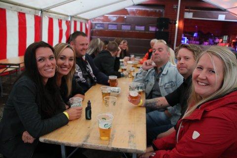KOSTE SEG: Folk koste seg på fest. En stor gruppe fra Sirdal var blant de som hadde tatt turen. Det var også en del hyttefolk fra Krågeland.