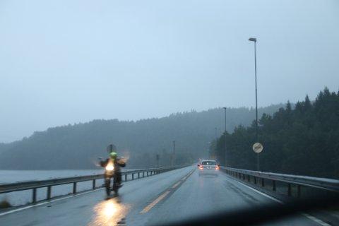 MYE REGN:  Sent lørdag kveld og hele natt til søndag har det vært mange kraftige regnbyger. Det skaper blant annet utfordringer for de som er ute og kjører som her på E39 ved Selura.