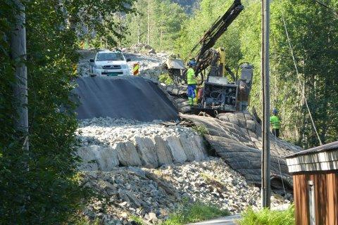 FYLLER UT: Tunveien utvides ved at det lages en fylling ned mot veien som går til båtstøene langs Austadvika og Grisefjorden.