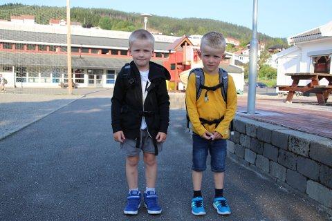 SPENTE: Edvald Olai Solli (til venstre) og Jonah Årseth Egeland var to av de 30 spente førsteklassingene på Nygård barneskole i dag.