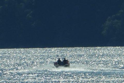 REDNINGSOPPDRAG: Brannbåten har blitt tilkalt for å bistå en båt uten motorkraft i Ånagapet i Åna Sira.