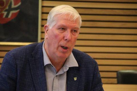 LEDER: Listerrådets leder Arnt Abrahamsen (Ap) valgte til slutt å åpne møtet, men det var litt sent siden det var like før møtestart og møtet var i Kvås.