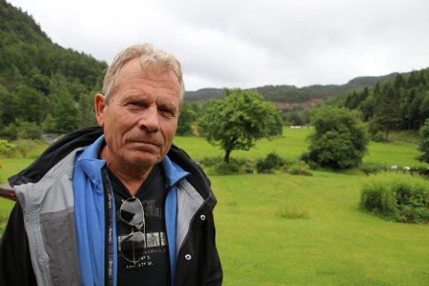 Arne Nævra (SV) på Midtfjellse med Skorveheia i bakgrunnen. Nævra utfordret statsråd Tina Bru med et skriftlig spørsmål og har nå fått svar.