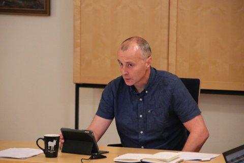 LA FREM DOKUMENTER: Rådmann Inge H. Stangeland la frem dokumenter fra hytteierne til formannskapet. Saken ble ikke behandlet noe mer i denne omgang. Kommunen avventer en formell stevning før det eventuelt gjøres noe mer med saken.