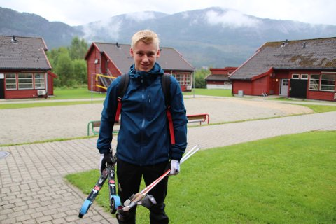 NY ØKT: Johan Tjørhom begynte nettopp på Sirdal videregående skole. Han trives godt på skolen og på Øyghedlar elevheim i gangavstand fra skolen.
