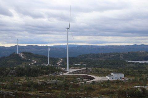 TONSTAD VINDKRAFTVERK: Bilde fra vindkraftverket med stasjonen der kablene fra alle vindturbinene kommer inn for å gå i luftlinje videre til Ertsmyra.