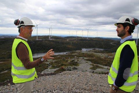 MIDT I KRAFTVERKET: Teknisk rådgiver Helge Toft (til venstre) og administrerende direktør Tom Indesteege i Tonstad vindpark står midt i kraftverket og drøfter hvordan de skal nå frem med informasjon om erklæringer og oppfyllelsen av disse til kommunestyret i Sirdal.