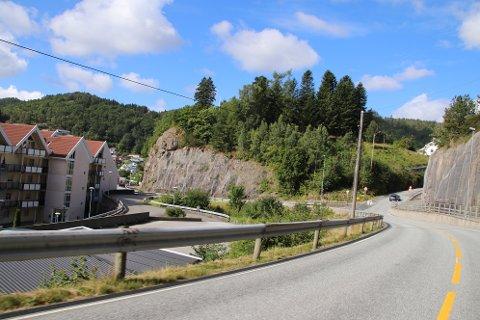 MÅ UTBEDRES: Fylkesvei 44 må utbedres mot sør for å kunne klare å komme rundt svingen nederst i Eikebakken.