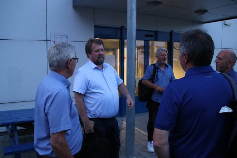 SIER NEI: Ordfører Torbjørn Klungland (her i lys skjorte)vil ikke at kommunen skal skaffe seg en sammenhengende elvepromenade ved å bruke ekspropriasjon