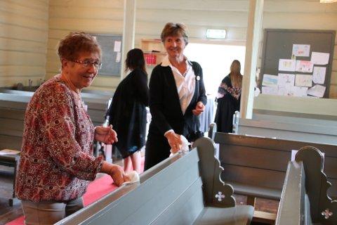 SPRITER BENKENE: Åslaug Sira (til høyre) og Gerd Hamre tar en siste runde med spritklutene før neste pulje med konfirmasjonsfamilier kommer inn i kirken.