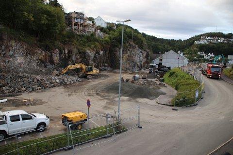 PÅ JOBB: Også i dag, lørdag, var folk fra Kvina Maskin på jobb for å gjøre unne grunnarbeidene slik at betongarbeid kan starte i september.