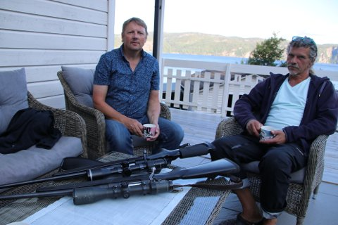 INGEN ELGJAKT: Styremedlem Torbjørn Eike (til venstre) og sekretær Jon Stene i Lund vestre viltlag kommer til å bruke jaktriflene hyppig på hjortejakt, men dropper elgjakten i år.