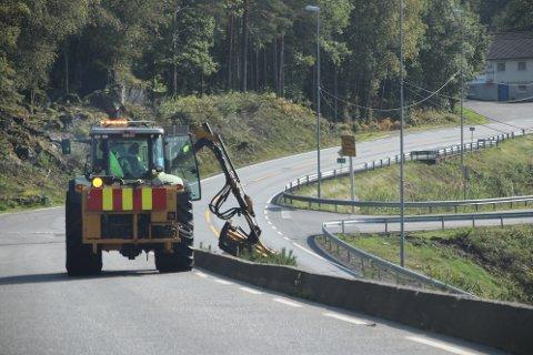 SISTE-SLÅTTEN: Kantslått langs fylkesvei 466 fra Flikka mot Gyland pågår denne uken. Det skjer samtidig som det gjøres forberedelser for å få ut vinterens brøytestikker.
