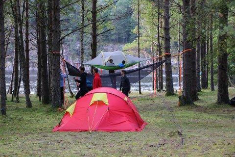 CAMP MODALSLI: På Modalslisanden ved Sirdalsvatnet ble det rigget telt i flere etasjer for at elevene skulle få teste teltlivet.