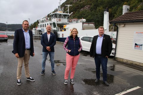 SAMLET OM HIDRA: Frp hadde en tur til Hidra for å drøfte fastlandsforbindelse. Fra venstre stortingsrepresentant Gisle M. Saudland, lokallagsleder Jan Erik Hogstad, nestleder Sylvi Listhaug og ordfører Torbjørn Klungland.
