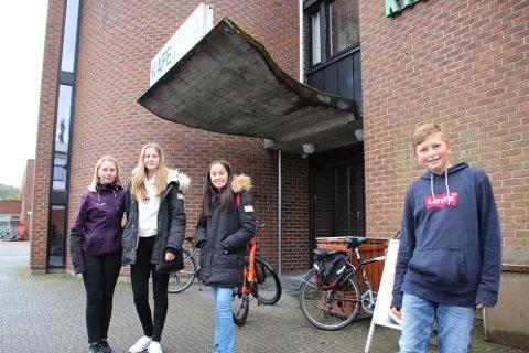UTENFOR RÅDHUSET: Åttendeklassingene (fra venstre) Matilde Lundø, Merethe Mydland, Selene Aisha Stene og Jonathan Olsen.