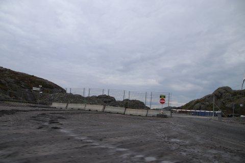 AVSTENGT: Deler av vindkraftområdet på Tellenes er fortsatt avstengt for turgåere og syklister fordi det ikke er blitt laget en løsning som ivaretar sikkerheten for å kombinere turvei og transport av masser for Titania.