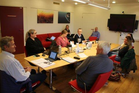 LUKKET DØRENE: Kontrollutvalget i Sirdal (bildet) ledes av Arvid Tjørhom (til venstre). Rådmannen (i bakgrunnen) Rådmann Inge H. Stangeland orienterte utvalget bak lukkede dører.