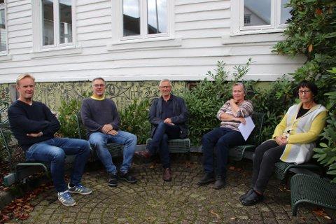 POLITISK PLATTFORM: Gruppelederne Jan Kåre Hansen (H) (fra venstre), Svein Hobbesland (Ap), Reidar Gausdal (V), Nina Danielsen (Sp) og Hanne Risvold (KrF) er enige om en felles samarbeidsavtale.