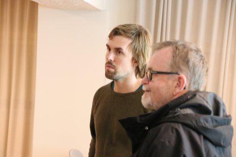 ØNSKER DIALOG: Prosjektleder John Amund Lund i Norsk Vind Skorveheia (til venstre) ønsker dialog med politikere som Steinar Dyrli (SV) (til høyre på bildet). Dyrli er en av de som har vært mest kritisk til prosjektet som vil kunne tilføre kommunen 65 millioner kroner i eiendomsskatt i løpet av de neste 25 årene.