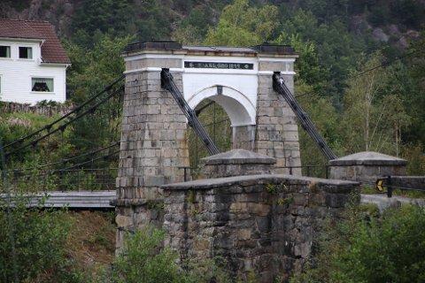TRENGER VEDLIKEHOLD: Bakke bro trenger vedlikehold, men fylkeskommunen har foreløpig ingen plan for hva som skal gjøres eller når det skal skje.