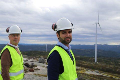 GAV SIN VERSJON:Teknisk rådgiver Helge Toft (til venstre) og administrerende direktør Tom Indesteege i Tonstad vindpark midt i kraftverket. De forsøkte å nå frem med informasjon om erklæringer og oppfyllelsen av disse til kommunestyret i Sirdal, men kommunestyret valgte å stevne vindkraftverket for retten.