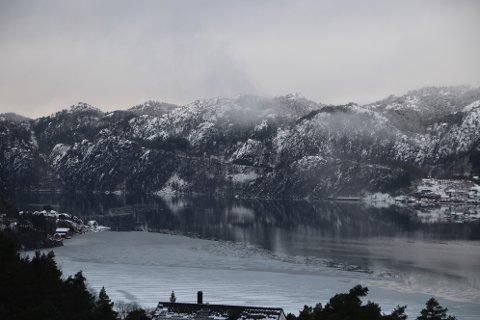 SYNLIG FRA RAULI: Området som foreslås som opplagsplass (midt i bildet) sør for Fjellse fra Byggvika til området ved Trollå er godt synlig fra blant annet boligområdet Rauli i Flekkefjord.