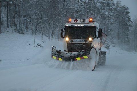 SNØFØRE: Brøytemannskap fra Osen Transport merket allerede onsdag at det var vind og nedbør i øvre del av Gyland. Torsdag kan det bli langt mer utfordrende både for brøytemannskap og bilister.
