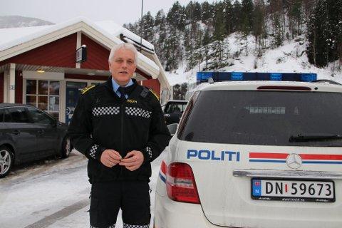LEVERER BIL OG NØKLER: Lensmann Egil Netland går av 1. mars 2021, men ferie og avspasering gjør at han allerede er ferdig med sin tjeneste.