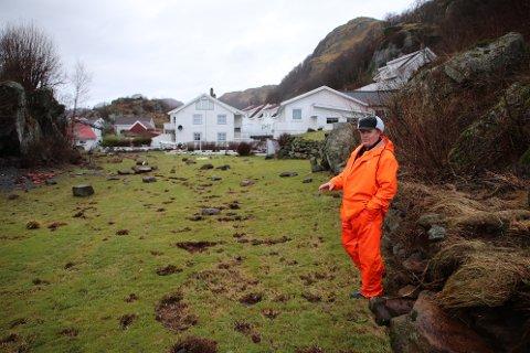 ADVARTE: Roy Nilsen advarte mot å fjerne en voll med kampesteiner mot sjøen og lage plen ytterst i Østhus, men ble ikke hørt. I går kom bølgene med store steiner og annen masse over plenen og helt inn til bebyggelsen.