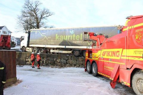 TUNGE TAK: Bergingsbil fra Kvinesdal og assistansen fra Stavanger måtte til for å få estiske vogntoget på veien igjen.