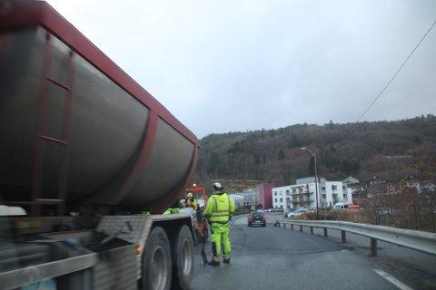 SKAL UTBEDRES: Deler av fylkesveibiten fra fylkesvei 44 opp møt Tjørsvåg og Søyland i Flekkefjord har blitt lappet på flere ganger de seneste årene. I 2021 skal det gjøres en skikkelig jobb med fresing og dekkelegging.