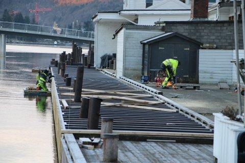 TRE MANN: Holm AS hadde torsdag to mann på flåte og en mann på brygga for å arbeide med elvepromenaden.