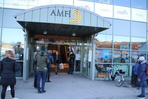 DØRVAKT: Senterleder Rune Eriksen måtte fredag ettermiddag være dørvakt for å sørge for at ikke Amfi Flekkefjord skulle komme over maksgrensen på 500 besøkende samtidig.