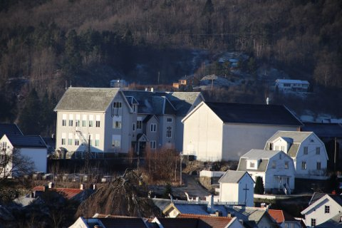 GYMSAL: Stian Birkeland (Uavh) mener at gymsalbygget på Trellebakken (til høyre i bildet) bør selges snarest mulig slik den er uten at kommunen først lager en områderegulering. Flertallet i formannskapet vil lage områderegulering først.