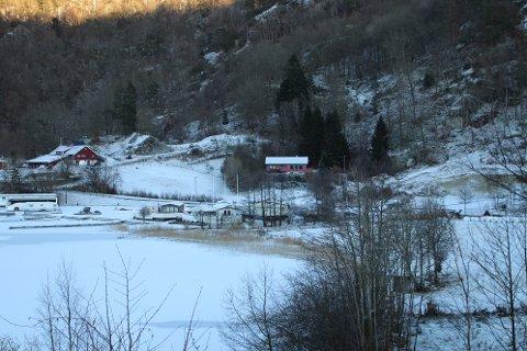 VED SANDTAK: Området ved sandtaket til høyre i bildet er det som er tenkt brukt til midlertidig skoleområde sammen med deler av besøksgården helt til venstre i bildet.