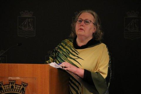 ORIENTERTE: Ragnhild Skarstein Larsen i Flekkefjord Historielag orienterte formannskapet om snublesteinene og kriteriene for disse.